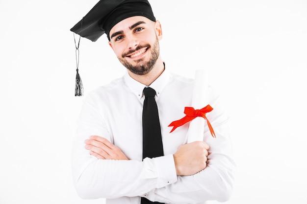 Uśmiechnięty absolwenta mężczyzna z dyplomem