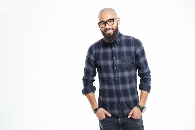 Uśmiechnięty afro amerykański mężczyzna stojący na białym tle na białej ścianie