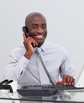 Uśmiechnięty Amerykanina Biznesmen Na Telefonie W Biurze Premium Zdjęcia