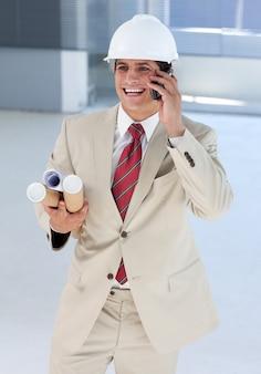 Uśmiechnięty architekt na telefonie