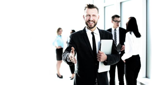 Uśmiechnięty biznesmen daje rękę na uścisk dłoni. koncepcja współpracy