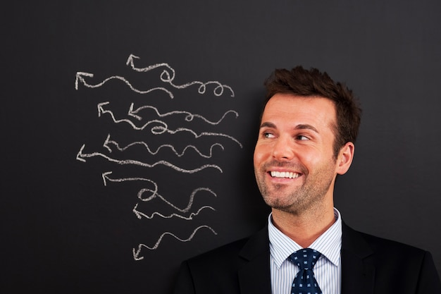 Uśmiechnięty biznesmen ma wiele szalonych pomysłów