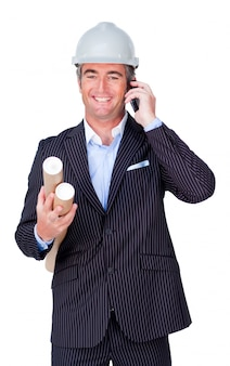 Uśmiechnięty biznesmen na telefonie i mieniu projektach
