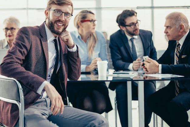 Uśmiechnięty biznesmen siedzący przy biurku
