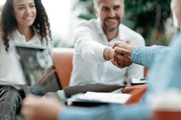 Uśmiechnięty biznesmen uścisk dłoni ze swoim partnerem biznesowym