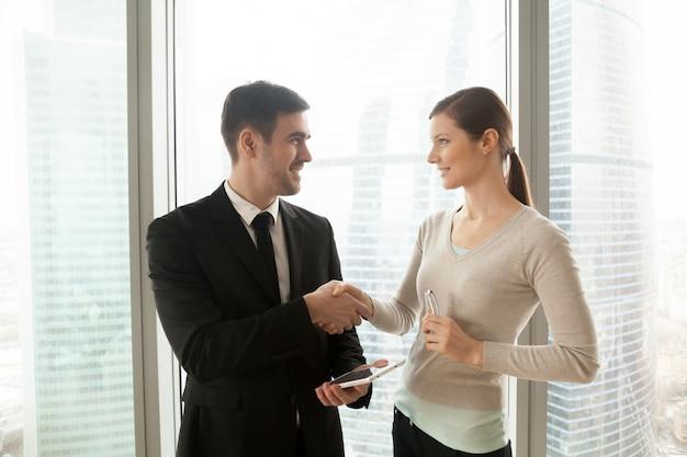Uśmiechnięty biznesmen z tabletem