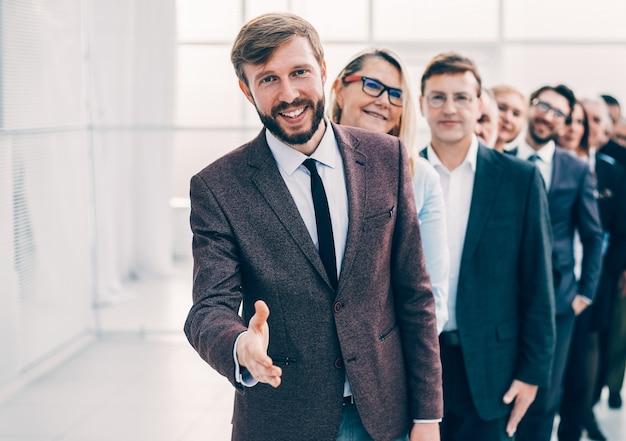Uśmiechnięty biznesmen zapraszający cię do swojego zespołu