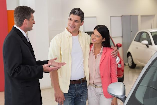 Uśmiechnięty biznesmena mówienie z jego klientami