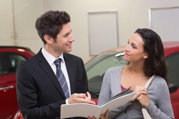 Uśmiechnięty biznesmena mówienie z jego klientem