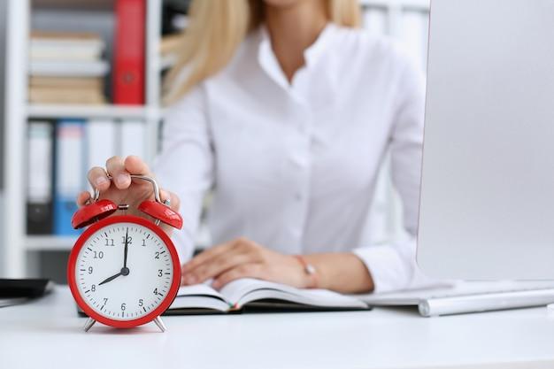 Uśmiechnięty biznesowej kobiety mienie w ręka zegarze