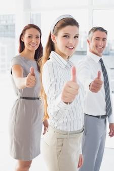 Uśmiechnięty bizneswoman daje aprobatom
