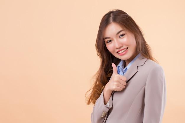 Uśmiechnięty bizneswoman daje kciukowi up
