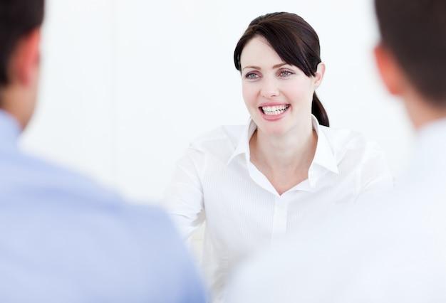 Uśmiechnięty bizneswoman ma akcydensowego wywiad
