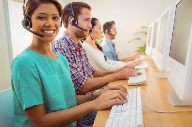 Uśmiechnięty bizneswoman pracuje w centrum telefonicznym
