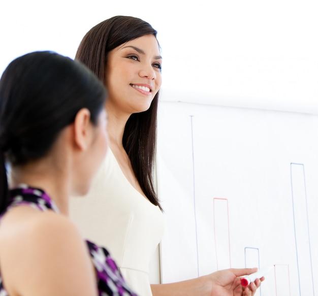 Uśmiechnięty bizneswoman robi prezentaci
