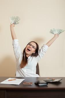 Uśmiechnięty bizneswoman rzuca paczkę dolarów
