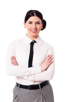 Uśmiechnięty bizneswoman z rękami skrzyżowanymi