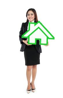 Uśmiechnięty bizneswomanu mienia domu znak