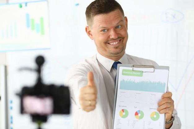 Uśmiechnięty blogger w biurze