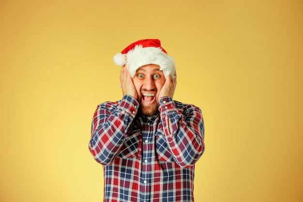 Uśmiechnięty boże narodzenie mężczyzna jest ubranym santa kapelusz