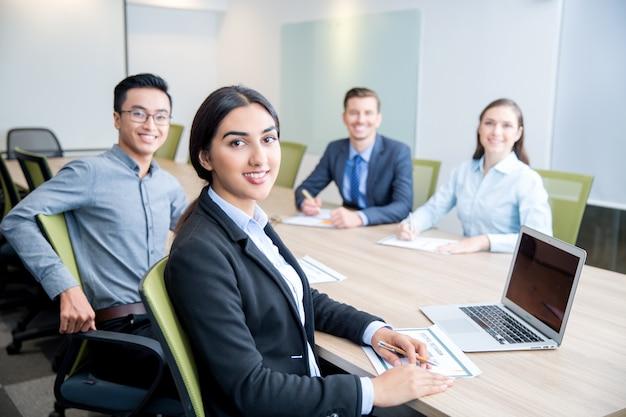 Uśmiechnięty business lady pracy z kolegami