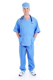 Uśmiechnięty chirurg mężczyzna w niebieskim mundurze ze stetoskopem