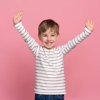Uśmiechnięty chłopiec na różowym tle