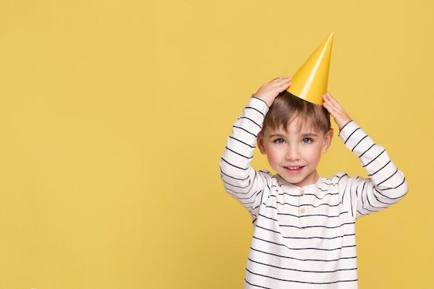 Uśmiechnięty chłopiec na żółtym tle