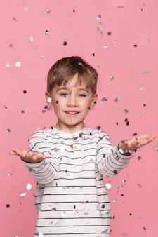 Uśmiechnięty chłopiec obchodzi urodziny