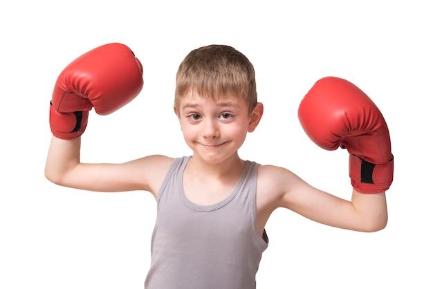 Uśmiechnięty chłopiec w rękawice bokserskie. izolować