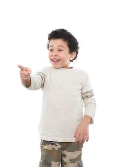 Uśmiechnięty chłopiec, wskazując na białym tle