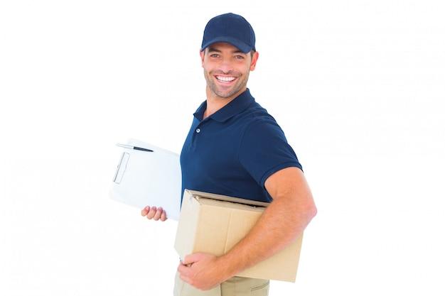 Uśmiechnięty człowiek dostawy z kartonu i schowka