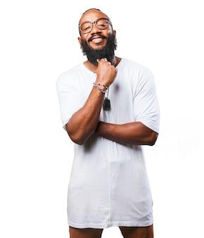 Uśmiechnięty człowiek dotykając brodę