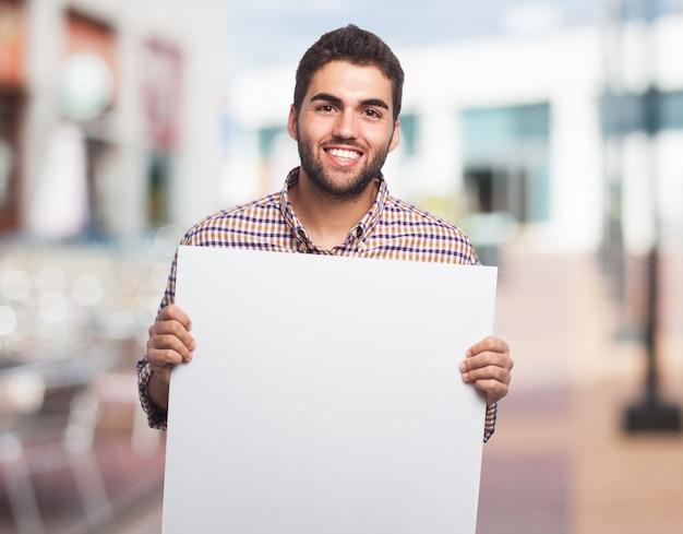Uśmiechnięty człowiek z czystą kartkę papieru