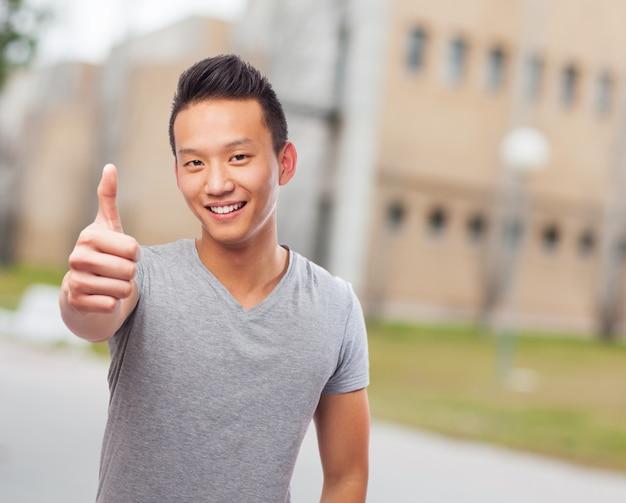 Uśmiechnięty człowiek z kciukiem do góry