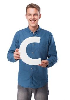 Uśmiechnięty człowiek z literą