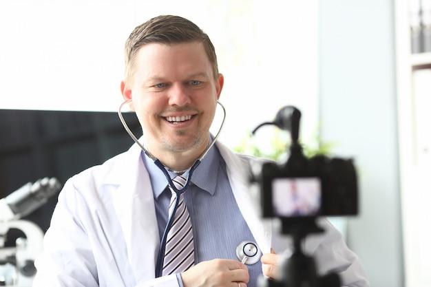 Uśmiechnięty doktor w biurze