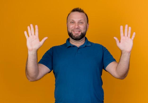 Uśmiechnięty dorosły mężczyzna słowiański pokazano puste ręce