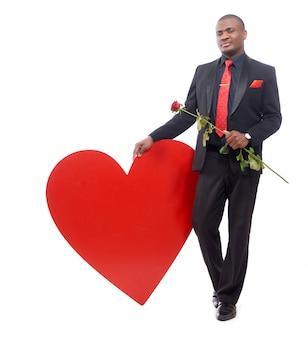 Uśmiechnięty i pewny siebie afrykański mężczyzna ubrany w czarny apartament