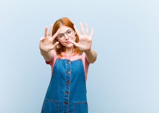 Uśmiechnięty i przyjazny wyglądający, pokazujący numer dziewięć lub dziewiąty z ręką do przodu, odliczający
