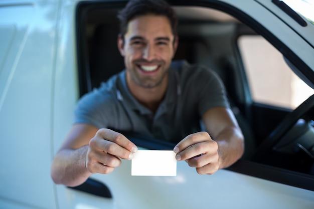 Uśmiechnięty kierowcy mężczyzna pokazuje pustą kartę