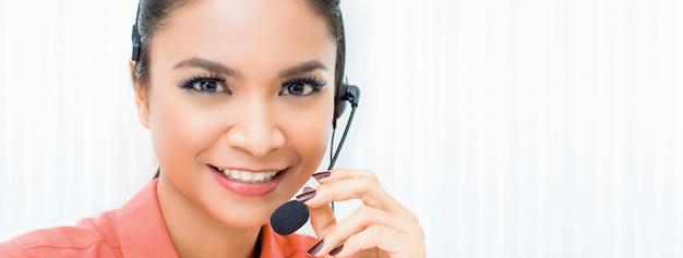 Uśmiechnięty kobiety telemarketing obsługi klienta agent w centrum telefonicznym