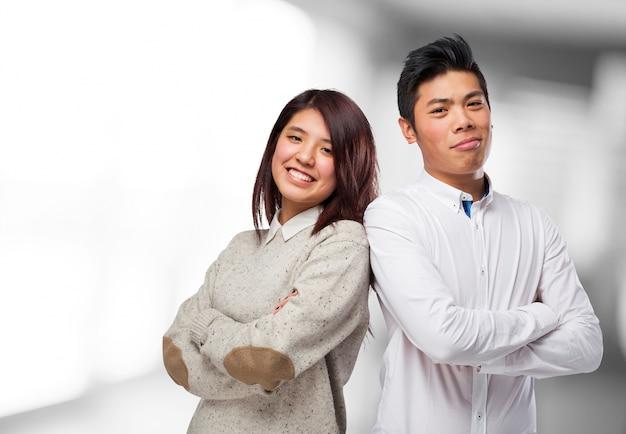 Uśmiechnięty kolegów ze skrzyżowanymi rękami