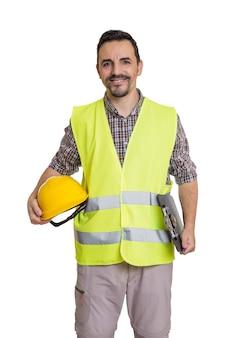 Uśmiechnięty konstruktor w mundurze na białym tle