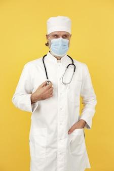Uśmiechnięty lekarz medycyny ze stetoskopem. odosobniony. koncepcja koronawirusa.