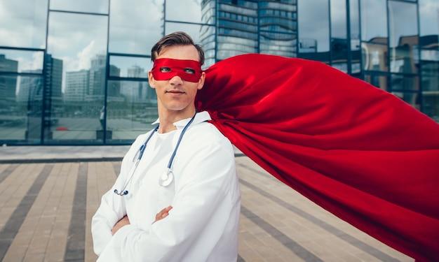 Uśmiechnięty lekarz superbohater czekamy