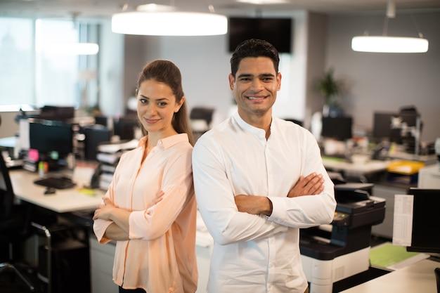 Uśmiechnięty ludzi biznesu stojących w biurze