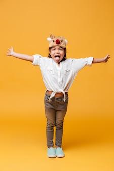 Uśmiechnięty małej dziewczynki dziecko pokazuje jęzor.