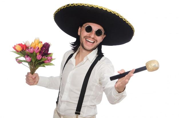 Uśmiechnięty meksykanin z kwiatami i mikrofonem odizolowywającymi na bielu