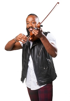 Uśmiechnięty mężczyzna gra na skrzypcach